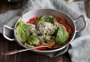 Špenátové knedlíčky s rajčatovou omáčkou