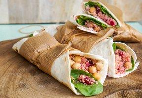 Wrap s quinoou, řepou a medovou zálivkou