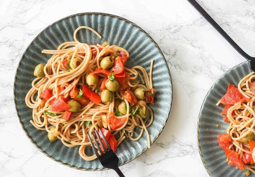 Celozrnné těstoviny s olivami a rajčaty