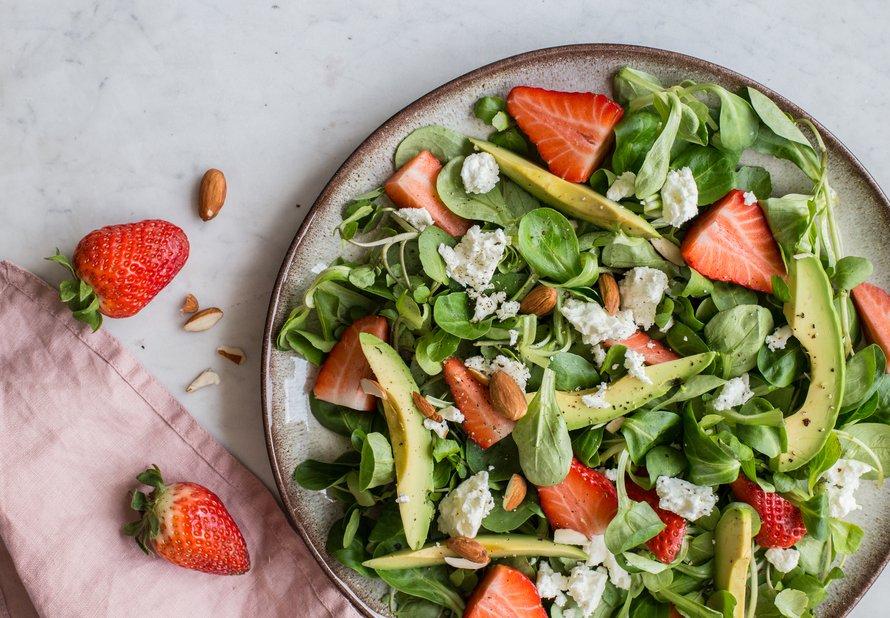 Letní svěží salát s avokádem a jahodami