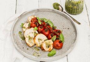 Kuřecí roláda s pestem, mozzarellou a pečenými rajčaty