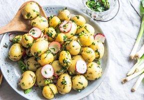 Bramborový salát s medvědím česnekem