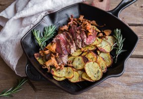 Hovězí steak s rozmarýnovými bramborami a houbami