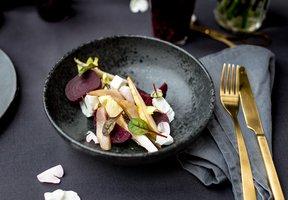 Salát s čekankou, hruškou a kozím sýrem
